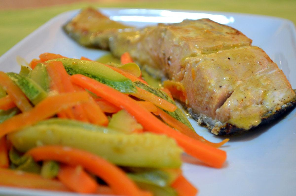 Σολομός με πορτοκάλι, μουστάρδα και λαχανικά